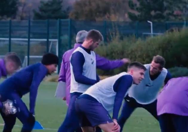 Mourinho ôm Alli trước mặt Kane - Bóng Đá