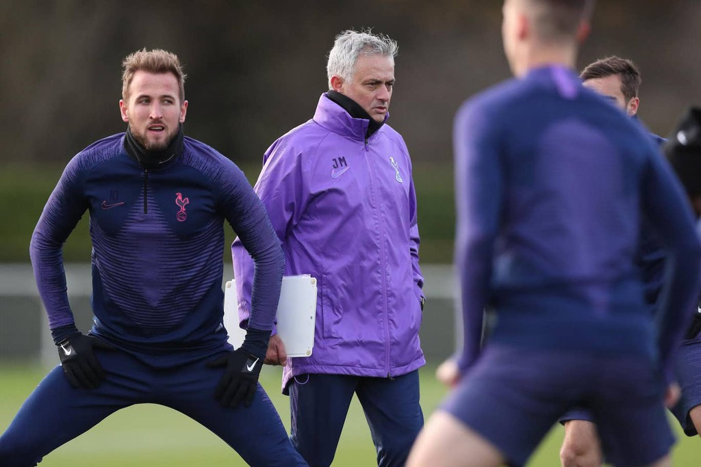 José Mourinho followed his appointment at Tottenham Hotspur by sending Harry Kane a text message pledging that the pair will win trophies together - Bóng Đá