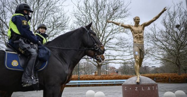 Ibrahimovic statue set on fire by angry Malmo supporters after Hammarby deal confirmed - Bóng Đá