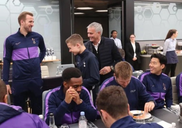 Spurs ballboy who 'assisted' Kane goal and was hugged by Mourinho joins team for pre-match meal - Bóng Đá