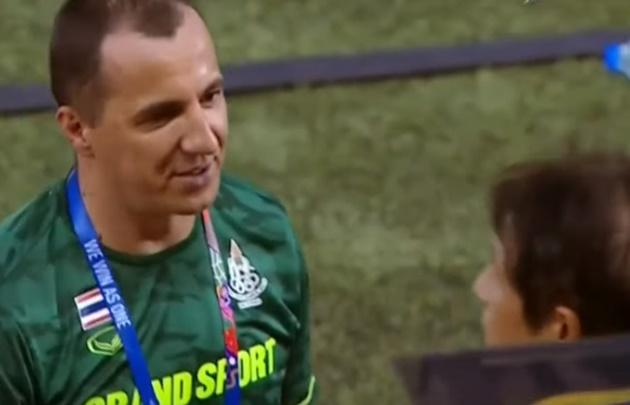 Trợ lý Sasa Todic ôm đầu vì bị đá lại pen - Bóng Đá