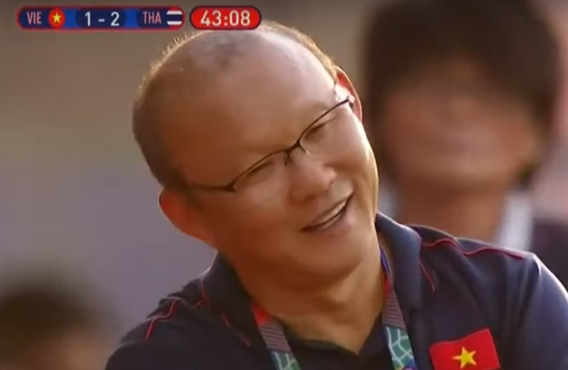 Thầy Park cười khi trợ lý bị thẻ vàng - Bóng Đá