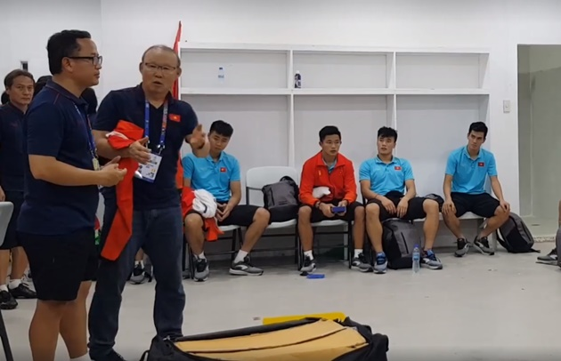 Thầy Park chia sẻ với các cầu thủ U22 VN sau khi giành HC Vàng SEA Games 30 trong phòng thay đồ - Bóng Đá