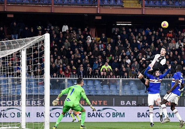 Cristiano Ronaldo's ten best goals that stunned the world after Juventus star's astonishing header against Sampdoria - Bóng Đá