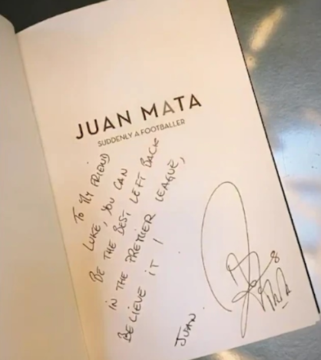Juan Mata gives Man Utd team-mates signed copies of his autobiography for Christmas with inspirational messages inside - Bóng Đá