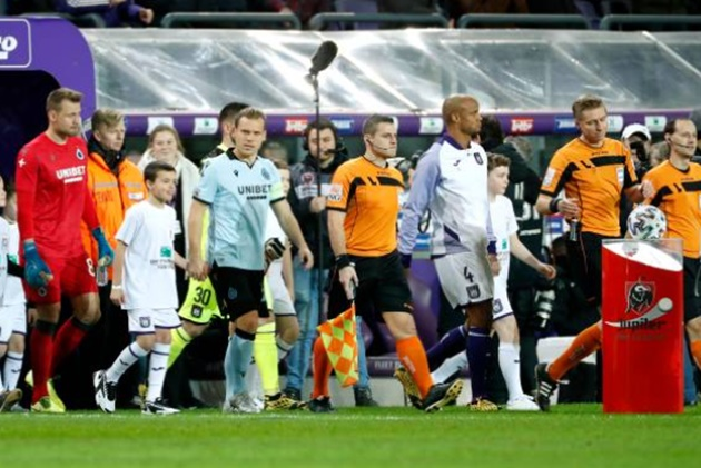 Watch raging Anderlecht boss Vincent Kompany scream at his own fans after they throw flare at Club Brugge ace Mignolet - Bóng Đá