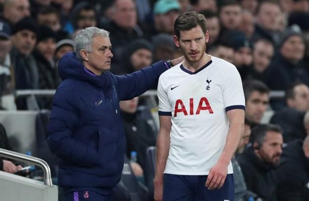Jan Vertonghen was NOT happy when Jose Mourinho took him off after 54 minutes tonight - Bóng Đá