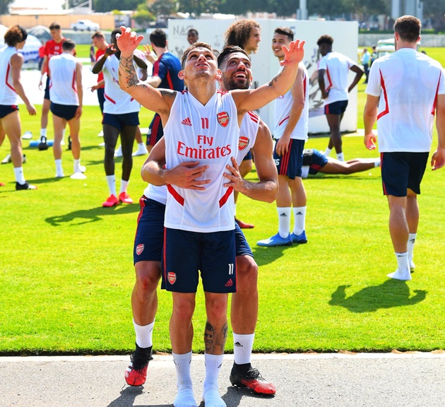 Pablo Mari gets first Arsenal assist by lifting up 5ft 5in Torreira as Tierney returns to full training in Dubai - Bóng Đá