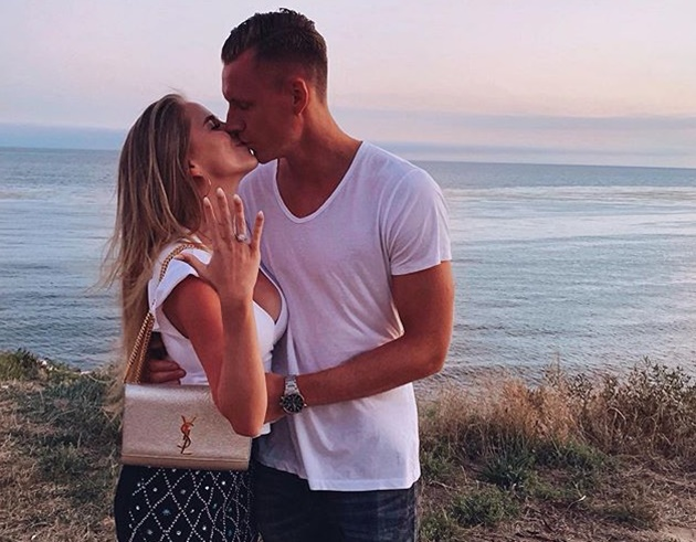 Bernd Leno's stunning Wag Sophie Christin drinks cocktails and takes beach walk during winter break with Arsenal ace - Bóng Đá