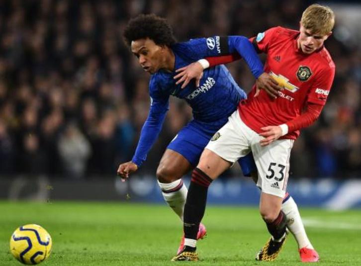 Fan Chelsea ném đá Willian + Pedro + Batshuayi - Bóng Đá