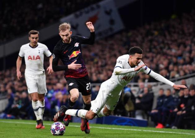 Fan Tottenham ném đá Alli - Bóng Đá