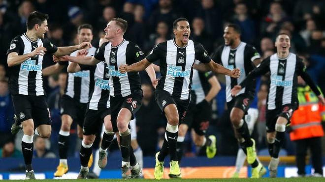 Steve Bruce bans Newcastle squad from shaking hands over coronavirus fears - Bóng Đá