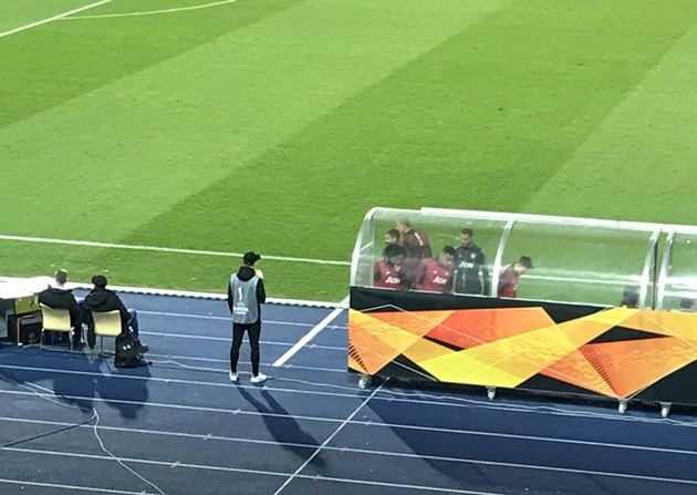 Man Utd players rush to pitch-side monitor to watch replay of Ighalo's wondergoal - Bóng Đá