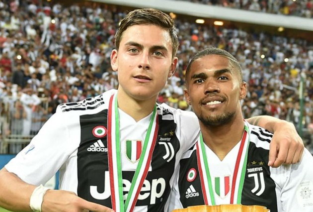 Juventus star Douglas Costa jets back to Brazil with stunning girlfriend Nathalia Felix as pair coronavirus quarantine - Bóng Đá