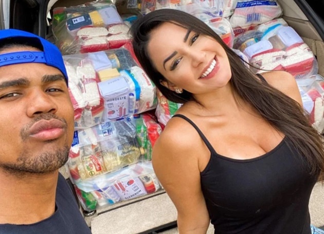 Douglas Costa and model girlfriend Nathalia deliver car full of supplies to the vulnerable to help fight coronavirus - Bóng Đá