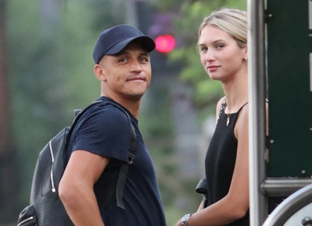 Model Anna Modler in coronavirus lockdown with Alexis Sanchez as Man Utd flop and South African stunner grow close - Bóng Đá