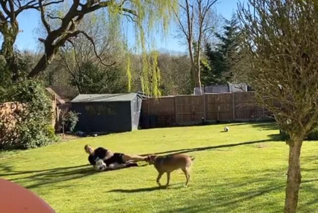 Arsenal star Bernd Leno's fiancee Sophie Christin stuns in back garden bikini snap as pair enjoy lockdown in the sun - Bóng Đá