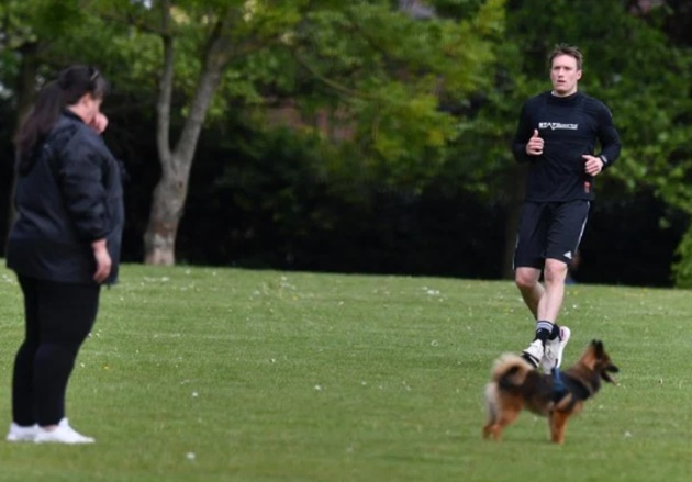 Phil Jones trains alone on field with just a dog for company as Man Utd defender gears up for Premier League restart - Bóng Đá