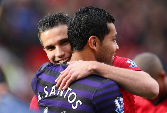 Robin van Persie admits he was to blame for controversial shirt swap with Andre Santos during Man Utd vs Arsenal  - Bóng Đá