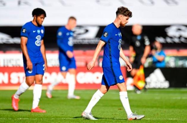 Fan Chelsea ném đá Jorginho - Bóng Đá