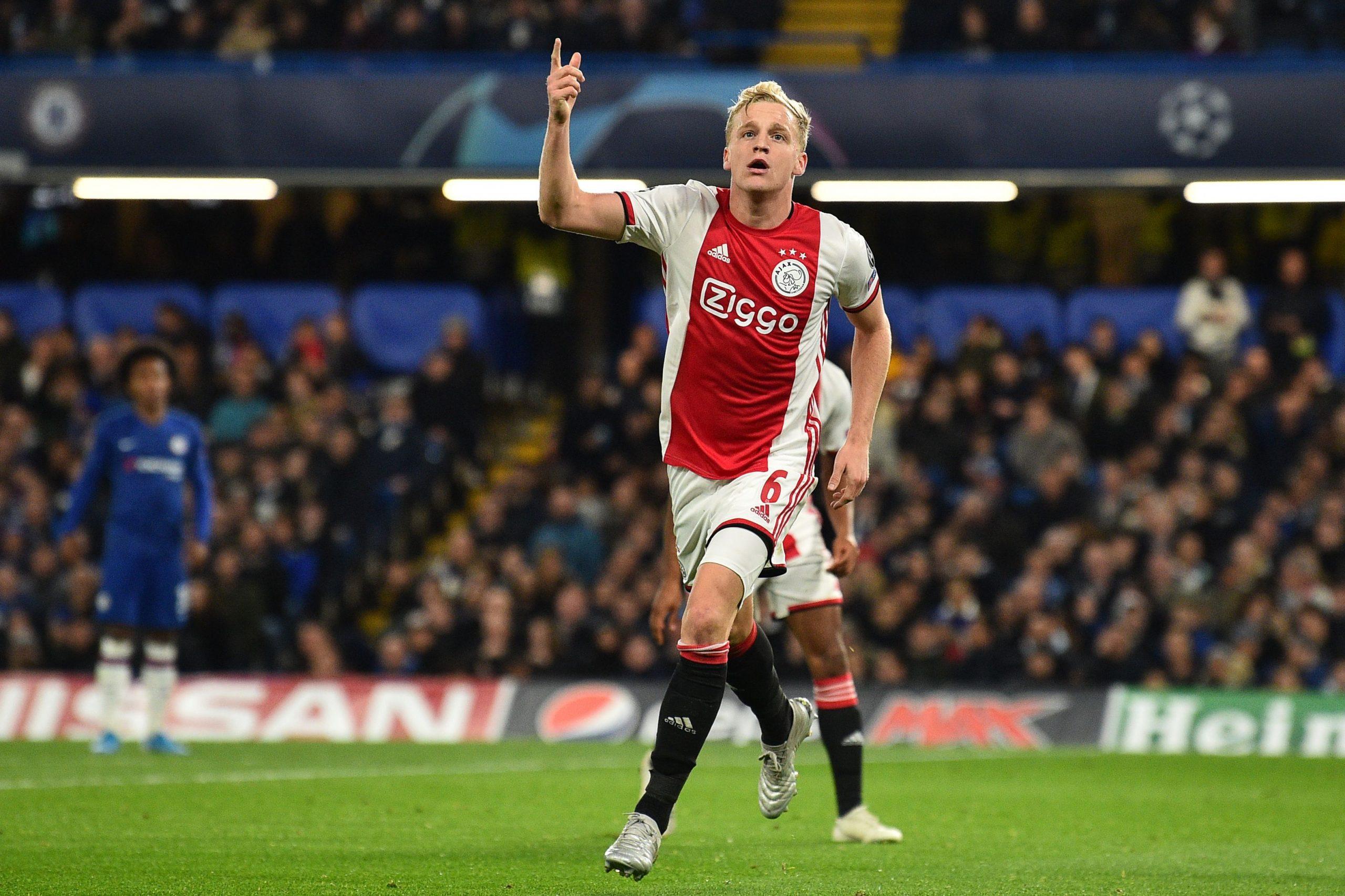 Van der Sar phá vỡ im lặng, lộ mức lương của Van de Beek tại Man United