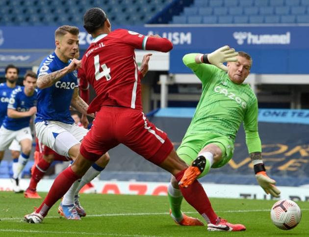 Jordan Pickford snubbed by Virgil van Dijk and told to 'go away' after horror tackle - Bóng Đá