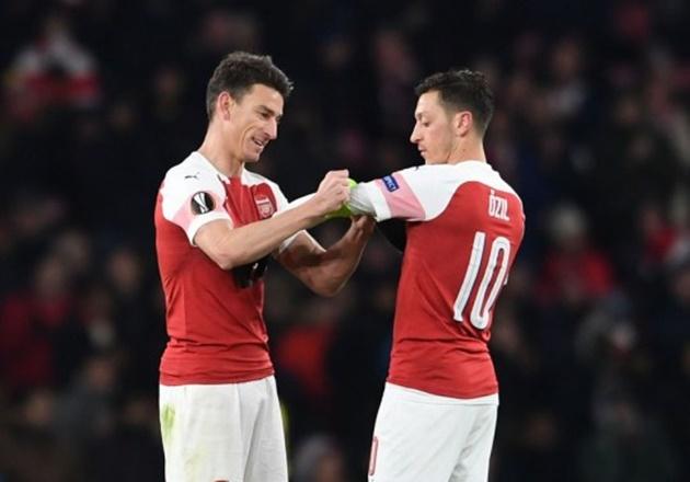 Laurent Koscielny disagrees with Mikel Arteta over his Mesut Ozil decision at Arsenal / - Bóng Đá