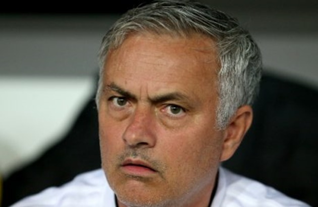 "Mourinho bị UEFA ""sờ gáy""."