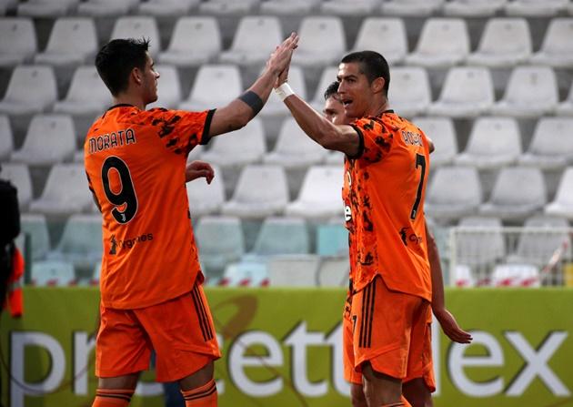Ghi bàn giỏi, siêu sao Bồ Đào Nha còn hay dọn cỗ cho đồng đội lập công. Pha chuyền bóng cho Alvaro Morata ghi bàn vào lưới Ferencvaros 10 ngày trước đánh dấu đường kiến tạo thứ 41 của Ronaldo - 1 kỷ lục khác mà anh chiếm giữ.
