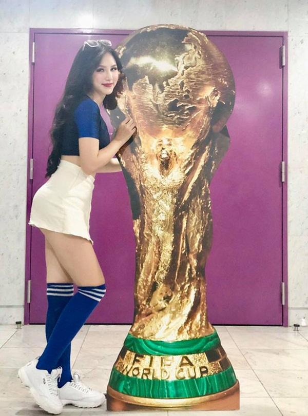 Hết mình cùng Pháp-Croatia suốt World Cup là 2 cô gái bốc lửa này! - Bóng Đá