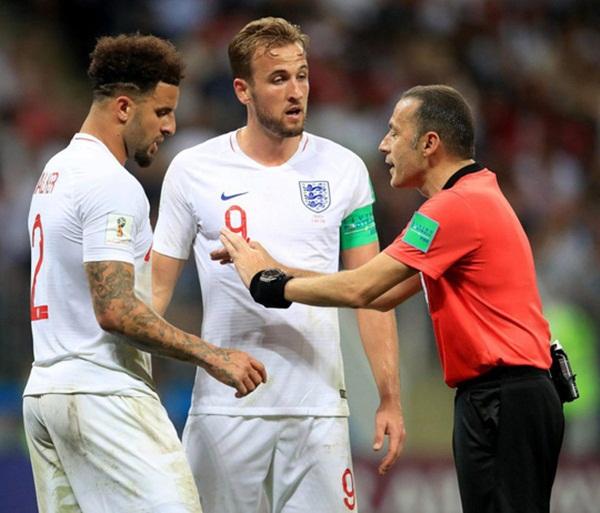 CĐV Anh và giới chuyên môn tranh cãi vì trọng tài Cakir - Bóng Đá