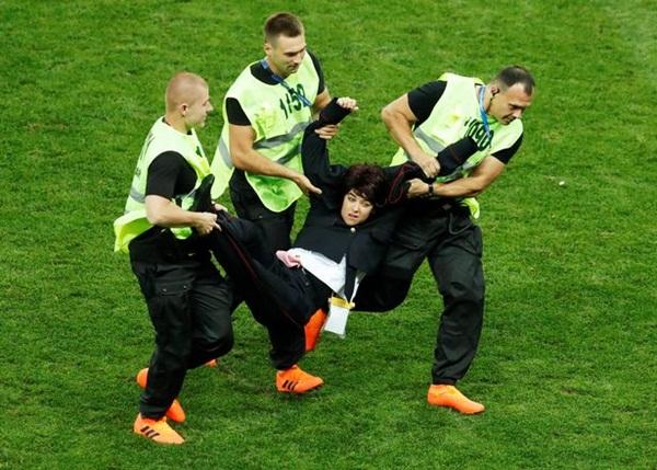 Ảnh nóng bỏng của nữ sinh lao vào sân, phá chung kết World Cup - Bóng Đá