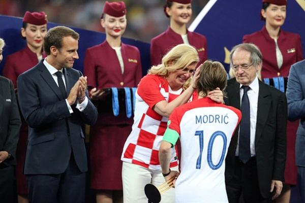 Nữ tổng thống Croatia đốn tim hàng triệu fan trên thế giới - Bóng Đá