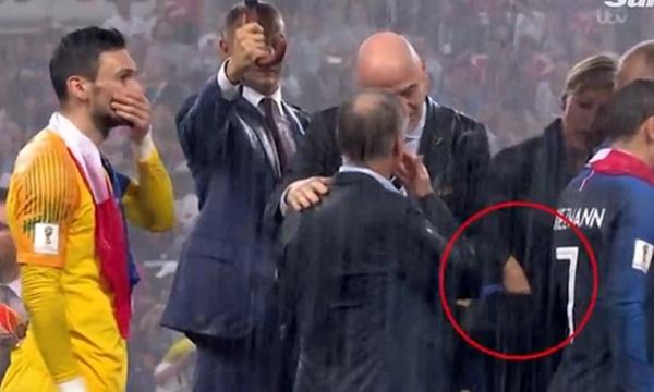 Sự thật về tin đồn nữ quan chức lấy trộm huy chương World Cup - Bóng Đá