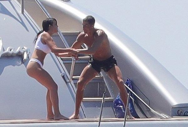 Ronaldo ném bạn gái xuống biển không thương tiếc - Bóng Đá