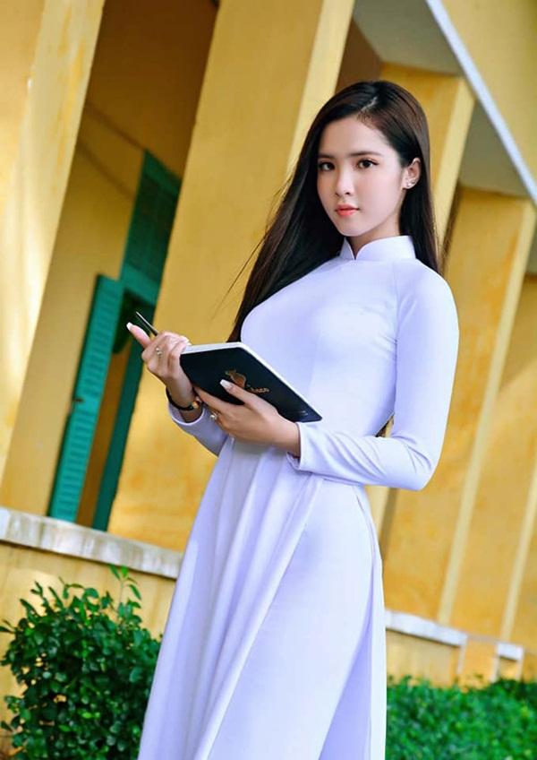 Fan girl quá xinh đẹp của U23 Việt Nam khiến dân mạng đổ rầm rầm - Bóng Đá