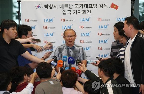 Bất ngờ những khoản tiền ngoài lương của HLV Park Hang Seo - Bóng Đá