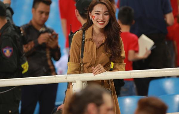 ĐT Việt Nam thắng trận, hot girl Ngọc Nữ lại