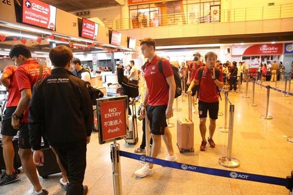 Văn Lâm cùng đội bóng mới tới Campuchia dự trận đấu đặc biệt - Bóng Đá