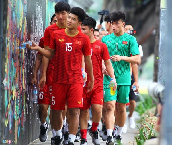 Tiến Dũng dạo công viên trước trận gặp Singapore - Bóng Đá