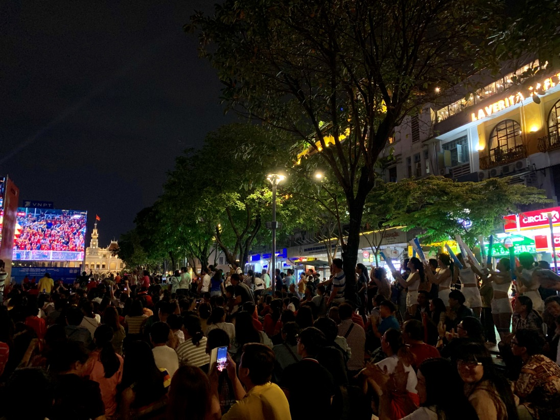 """""""Biển người"""" ăn mừng chiến thắng của U22 Việt Nam tại Phố đi bộ Nguyễn Huệ - Bóng Đá"""