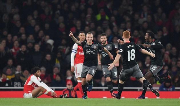 Arsenal bị chấm dứt chuỗi bất bại, nên buồn hay vui?
