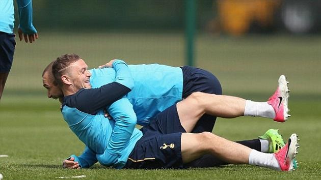 Dàn sao Tottenham lao vào tập luyện trước trận derby với Chelsea - Bóng Đá