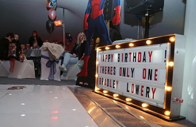 Defoe dự sinh nhật cậu bé ung thư Bradley Lowery - Bóng Đá