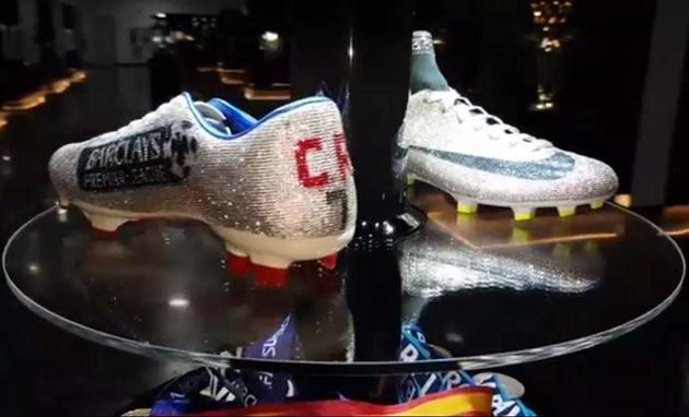Giày của Ronaldo được trưng ở viện bảo tàng - Bóng Đá