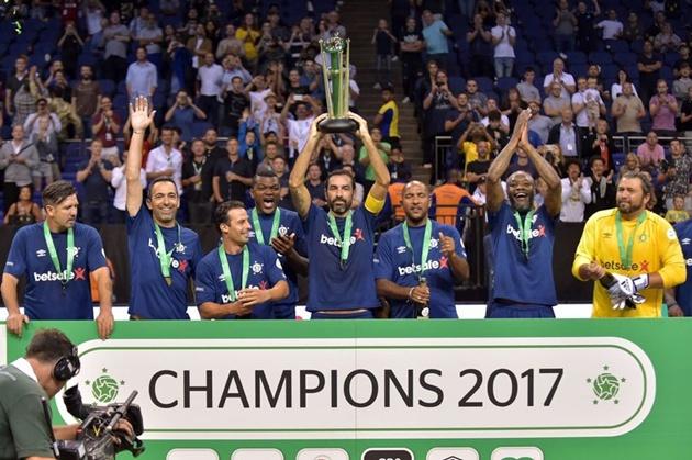 Pires và các đồng đội đăng quang ở giải Star Sixes - Bóng Đá