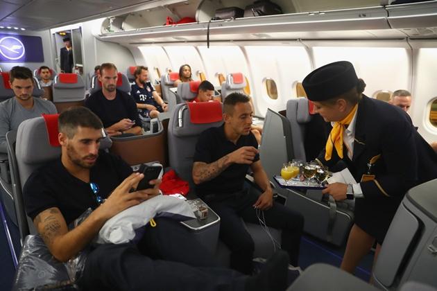 James Rodriguez kí mỏi tay trước ngày lên đường du đấu - Bóng Đá