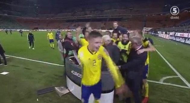 Thụy Điển ôm cả MC ăn mừng - Bóng Đá