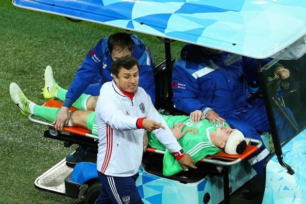 Cận cảnh tai nạn kinh hoàng của thủ môn tuyển Nga - Bóng Đá