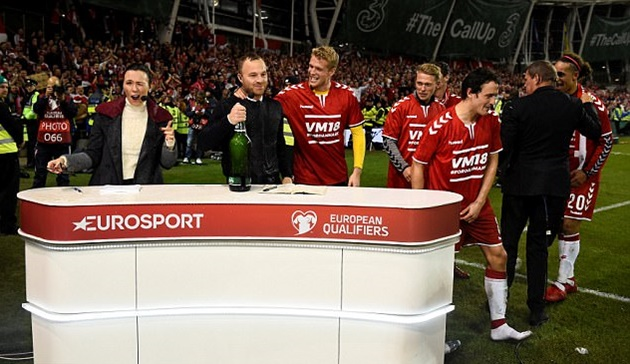 Được dự World Cup, Đan Mạch cho BLV tắm trong... bia - Bóng Đá